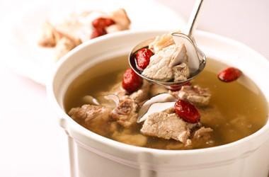 滋陰貴妃湯を一碗飲み、足ツボをマッサージすることで更年期の症状緩和に役立ちます。(Shutterstock)