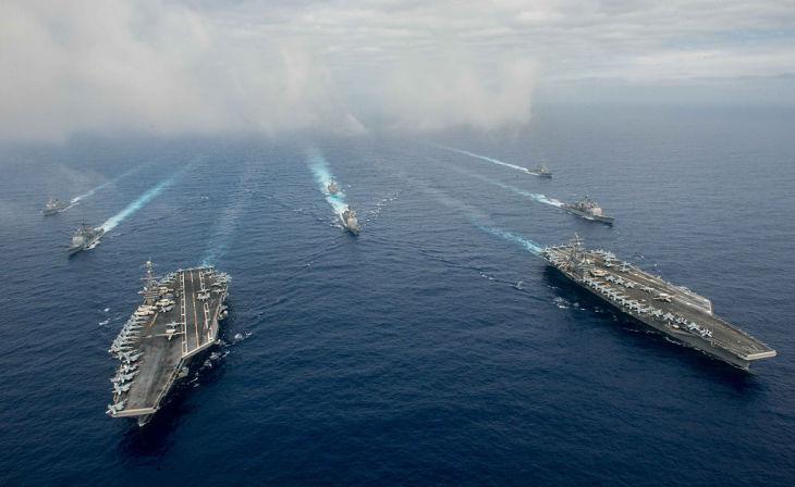 フィリピン海で航行中の米軍空母艦隊 (Photo by Specialist 3rd Class Jake Greenberg/U.S. Navy via Getty Images)