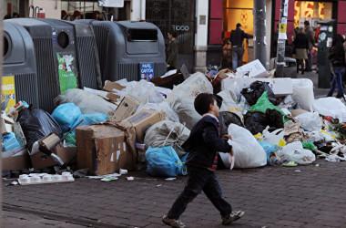 5歳男児登校を拒否、両親は街にゴミ拾いに連れて行く。写真と本文は関係ありません(gettyimages)