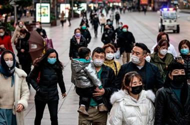 中国上海市で街を行き交う市民たち(NOEL CELIS/AFP via Getty Images)