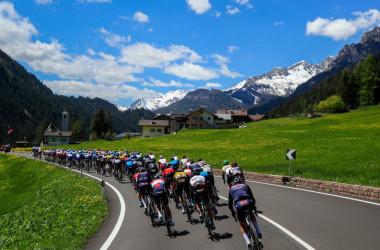 カナツェーイ~セーガ・ディ・アーラ間のコースを走るサイクリストたち(Photo by LUCA BETTINI/AFP via Getty Images)
