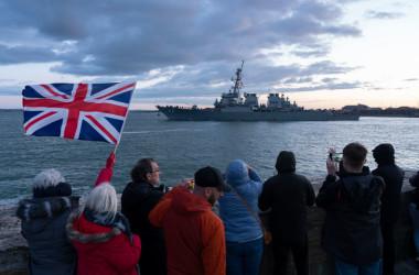 5月22日、英空母クイーン・エリザベスは英南部ポーツマス海軍基地を出発した。写真は打撃群に加わる米フリゲート艦 (Photo by Chris Eades/Getty Images)