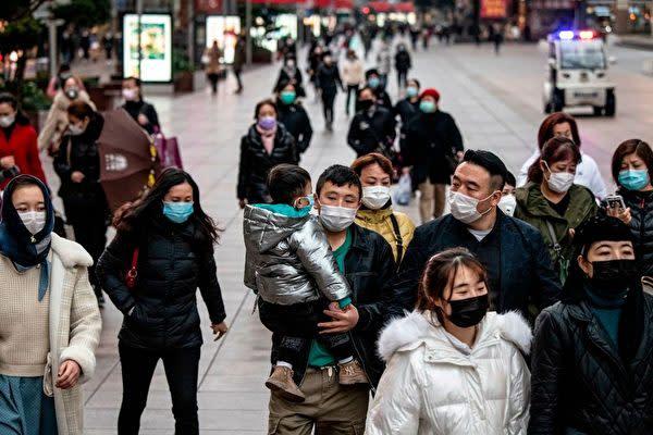 元英国外交官のロジャー・ガーサイド(Roger Garside)氏は、中国経済を発展させたのは共産党ではなく、中国人民だと述べた。写真は中国上海市で街を行き交う市民たち(NOEL CELIS/AFP via Getty Images)