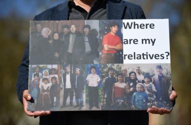 4月、新疆ウイグル自治区における人権侵害に抗議するウイグル族の人( JUSTIN TALLIS/AFP via Getty Images)