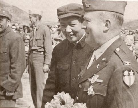 1944年7月22日、米政府の視察団は中国共産党の根拠地である延安を訪問した。写真は毛沢東と視察団責任者のバレット大佐(資料写真)