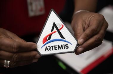 アルテミスの公式ミッションパッチ。2020年3月14日撮影(Photo by BRAD LEE/AFP via Getty Images)