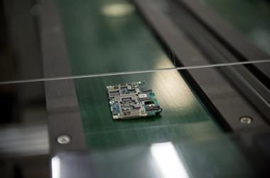 中国広東省東莞市にある半導体製造工場の生産ライン (NICOLAS ASFOURI/AFP via Getty Images)