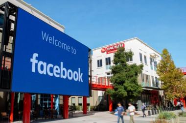 2019年10月23日、カリフォルニア州メンロパークのFacebook本社キャンパスに設置されている巨大なデジタル看板(Josh Edelson/AFP via Getty Images)