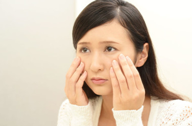 虚血は、顔色がくすみ、老化したような印象を与えます。(Shutterstock)