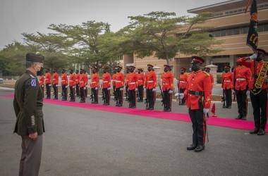 2021年2月、ガーナのアクラに所在するガーナ軍(GAF)本部「ビルマ・キャンプ」でパレードを監督する米アフリカ軍司令官のスティーブン・タウンゼント大将(在ガーナ米国大使館)