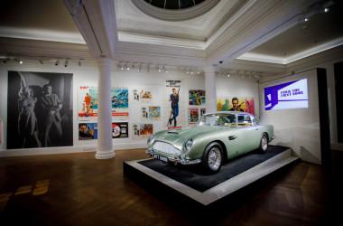 「ジェームズ・ボンド」の作中に登場する「ボンド・カー」(Photo by Tristan Fewings/Getty Images for Sotheby's)