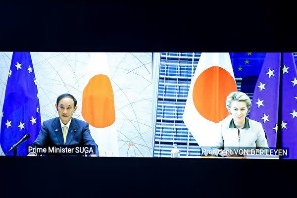 2021年5月27日、菅首相とEUのフォンデアライエン欧州委員長らがオンライン形式による首脳会談を行った(KENZO TRIBOUILLARD/POOL/AFP via Getty Images)