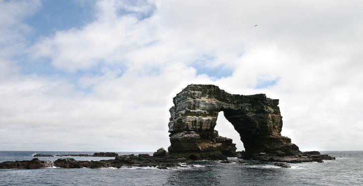 ガラパゴス諸島の北部にある「ダーウィンのアーチ」(Wikipedia Commons)