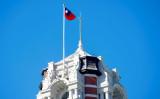 台北にある総統府の上部ではためく中華民国の旗(SAM YEH/AFP via Getty Images)