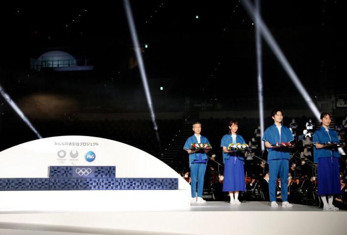 6月3日、東京五輪の表彰式で使用される表彰台や音楽、ボランティアの衣装などがお披露目された( Issei Kato - Pool/Getty Images)