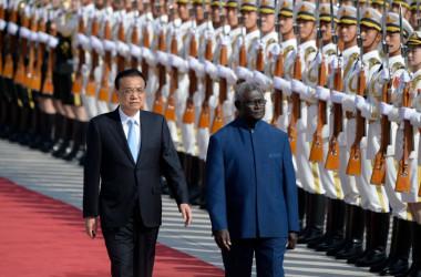 北京の人民大会堂前で行われた歓迎式典で、儀仗兵を閲兵する中国を公式訪問中のソロモン諸島のマナセ・ソガバレ首相(右)と中国の李克強首相(左)=2019年10月9日(Wang Zhao/AFP via Getty Images)