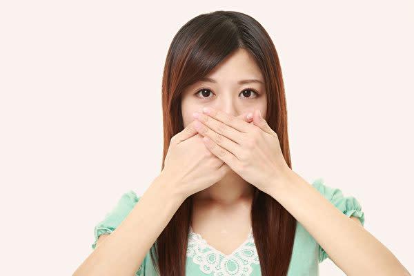 口臭の原因はいろいろあります。完治するには、その根本原因を除くことです。(Shutterstock)