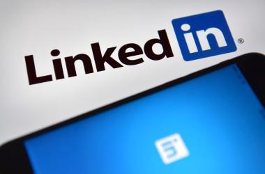 写真はビジネス向け交流サイト(SNS)「リンクトイン(LinkedIn)」のロゴ(Carl Court/Getty Images)