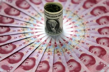 北京の銀行で展示されている1ドル札と100元札=2006年5月15日 イメージ写真(China Photos/Getty Images)