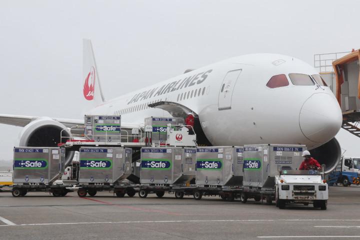 日本政府から台湾に無償提供した124万回分の英アストラゼネカ製ワクチンを積んだ輸送機が、2021年6月4日午後、台湾桃園国際空港に到着した(STR/JIJI PRESS/AFP via Getty Images)