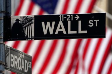 2021年4月16日、マンハッタンのニューヨーク証券取引所前に掲げられたウォール街のサイン(Carlo Allegri/Reuters)