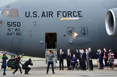 2021年6月6日、米上院超党派議員3人が米軍C-17大型輸送機(C-17 Globemaster III)で台北松山空港に到着した(Aden HSU/POOL/AFP)