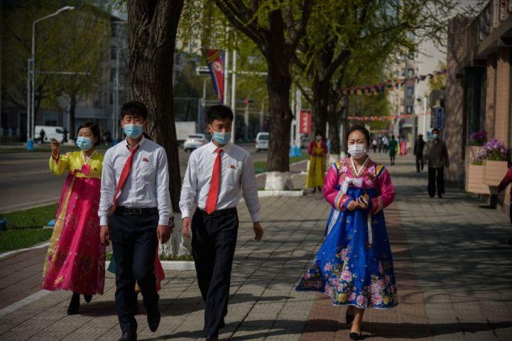 4月15日、平壌市内を歩く人々(Photo by KIM WON JIN/AFP via Getty Images)