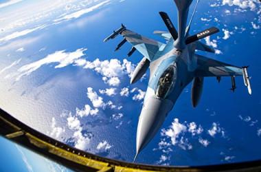 「コープ・ノース21(COPE NORTH 21)」の日米豪による共同訓練で、F-16戦闘機に空中給油を行うKC-135ストラトタンカー(米空軍)