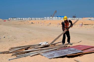 中国の一帯一路のプロジェクトのひとつで、スリランカのコロンボにある建設現場で働く中国人労働者。2020年2月24日に撮影(Photo by ISHARA S. KODIKARA/AFP via Getty Images)