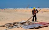 中国の「一帯一路」の一部であるコロンボの建設現場で働く中国人労働者。2020年2月24日に撮影(Photo by ISHARA S. KODIKARA/AFP via Getty Images)