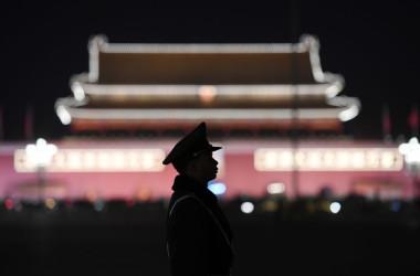 北京の天安門広場を警備する武装警察=2018年3月11日(Greg Baker/AFP/Getty Images)