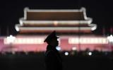 北京の天安門広場を警備する武装警察=2018年3月11日  イメージ写真(Greg Baker/AFP/Getty Images)