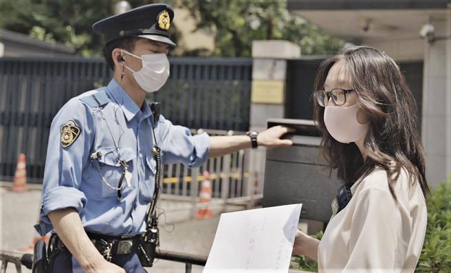 中国大使館のポストに公開状を投函する付さん(清雲/大紀元)