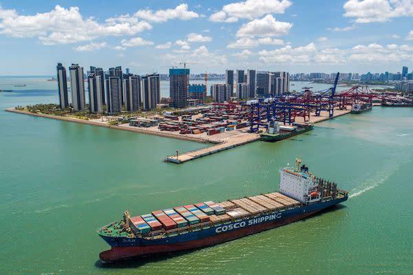 2021年5月17日、中国海南省海口市の港で出港しようとしているコンテナ船(STR/AFP via Getty Images)