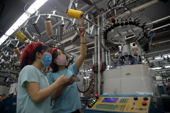 4月、北朝鮮の平壌にある靴下工場で働く若い女性たち(KIM WON JIN/AFP via Getty Images)