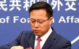2020年4月8日、北京で行われた記者会見の後、メモをまとめる中国外交部の趙立堅報道官(Greg Baker/AFP via Getty Images)
