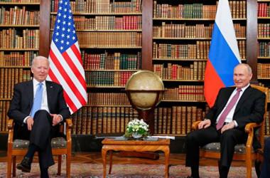 2021年6月15日、米国のバイデン大統領とロシアのプーチン大統領はスイスで首脳会談を行った(DENIS BALIBOUSE/POOL/AFP via Getty Images)