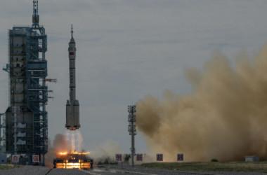 中国の有人宇宙船「神舟12号」を搭載した「長征2号F遥12」キャリアロケットが17日、酒泉衛星発射センターから打ち上げられた(Kevin Frayer/Getty Images)