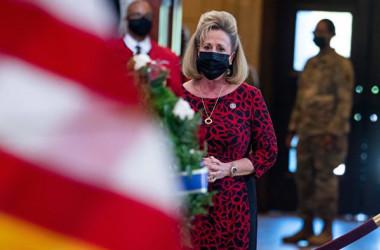 2021年4月13日、米下院のアン・ワグナー議員は同月2日に連邦議会議事堂前の検問所で起きた自動車の突っ込み事件で亡くなった警官の葬儀に出席した(TOM WILLIAMS/POOL/AFP via Getty Images)