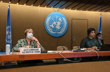 2021年6月21日、国連人権理事会の会合に出席したミシェル・バチェレ国連人権高等弁務官(左)とナザト・シャミーム・カン人権理事会議長(右)(FABRICE COFFRINI/AFP via Getty Images)