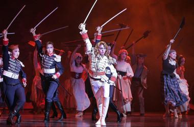 宝塚歌劇団の名作『ベルサイユのばら』。(Photo credit should read TOSHIFUMI KITAMURA/AFP via Getty Images)