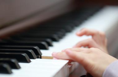 米国コネチカット州に住む、中国系の3歳の女児が、ピアノを習ってわずか半年で、全米の有名な国際音楽コンクールで1位を獲得。今年11月、カーネギー・ホールで公演する予定(写真は本人ではありません): Satoshi KOHNO / PIXTA