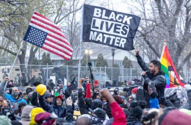 2021年4月13日、ミネソタ州のブルックリンセンター警察署の前で行われた抗議活動(Kerem Yucel/AFP via Getty Images)