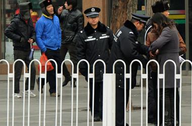 2016年の全国人民代表大会の期間中、天安門広場で通行人の荷物をチェックする警備員(MARK RALSTON/AFP/Getty Images)