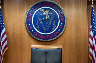 米国連邦通信委員会(FCC)は有害な中国製電子機器を排除するために動いている。写真はFCCのロゴ(Photo credit should read BRENDAN SMIALOWSKI/AFP via Getty Images)