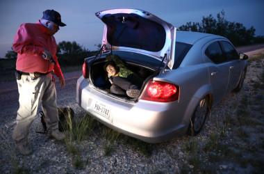 不法移民を逮捕するテキサス州・キニー郡の保安官。5月25日に撮影 (Charlotte Cuthbertson/大紀元)