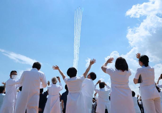 2020年5月、航空自衛隊医療従事者らに対して感謝を敬意を示すアクロバット飛行が行われた(STR/JIJI PRESS/AFP via Getty Images)