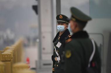 中国共産党の創立から100周年の記念日が来月に迫る中、当局は一連の管制措置をエスカレートさせている。写真は、今年3月に北京で開かれた政治協商会議期間中に天安門広場で警備に当たる兵士たち。。(NOEL CELIS/AFP via Getty Images)