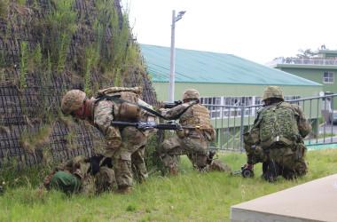 共同訓練を行う米陸軍兵士と陸上自衛隊員(在日米陸軍公式ツイッターより)