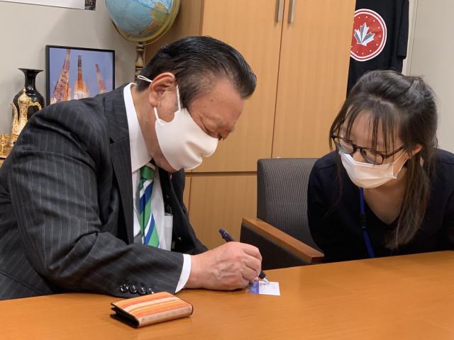 櫻田義孝衆議院議員は法輪功学習者・付さんの陳情を聞いた(新唐人テレビ)